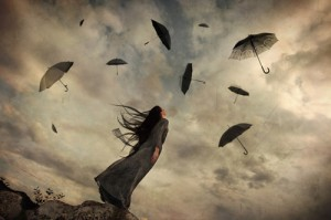 mujer-mirando-al-cielo-paraguas-volando-300x199
